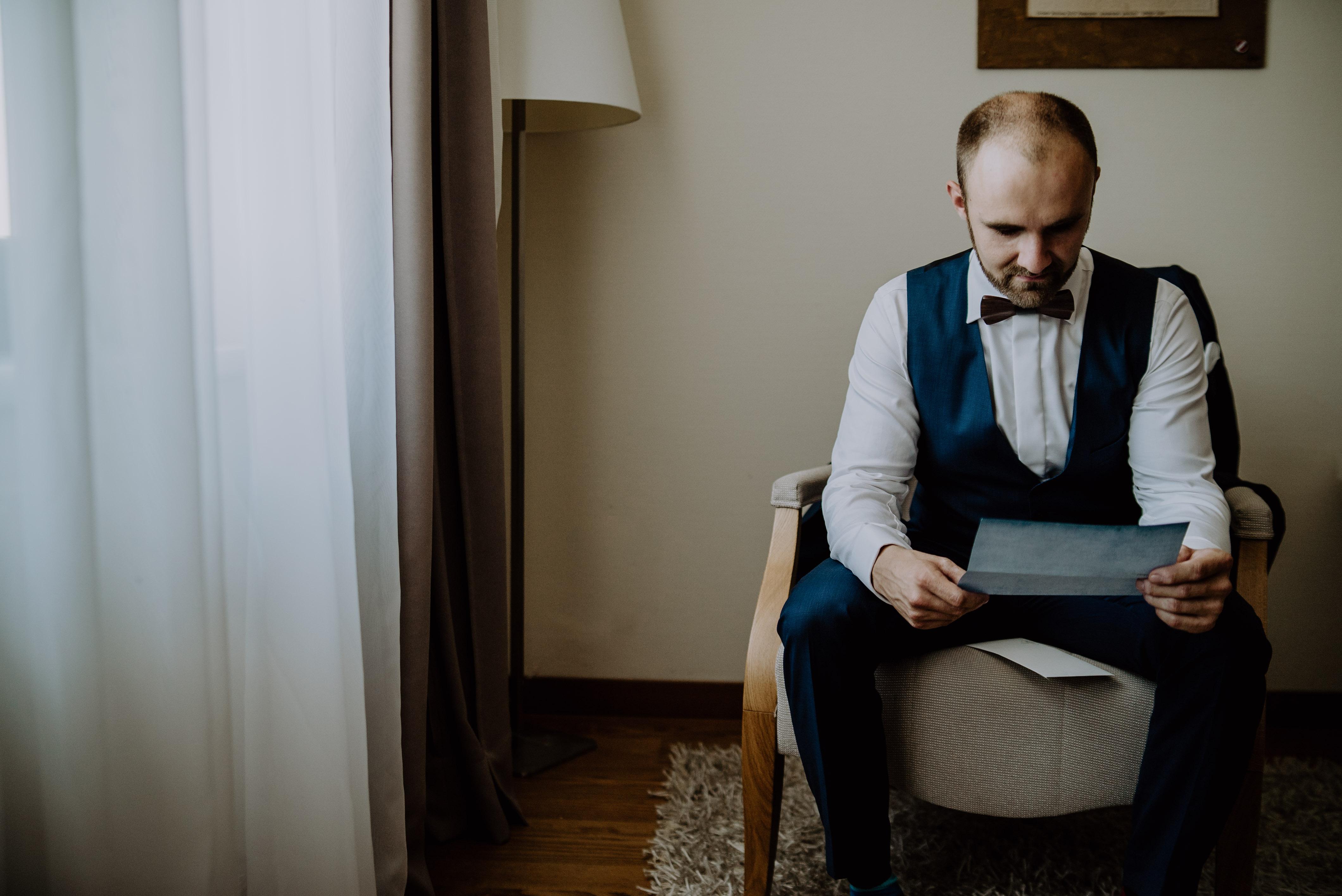 Bräutigam liest Brief seiner Frau beim Getting Ready in Niederösterreich von Kamerakinder Weddings