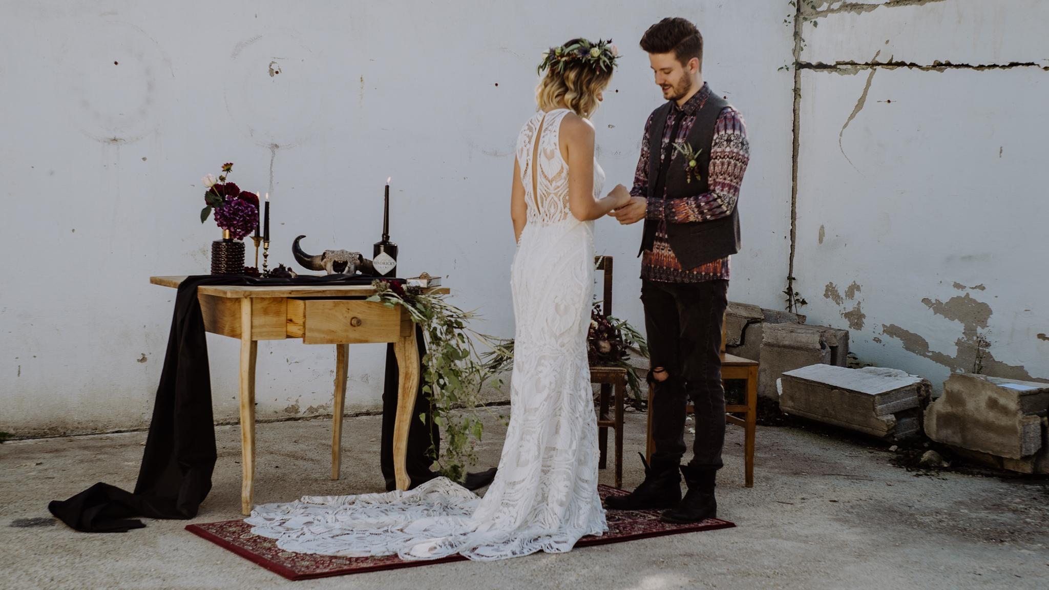 Braut und Bräutigam tauschen Ringe aus in einem rustikalen Ambiente mit Perserteppich und schönem Teppich