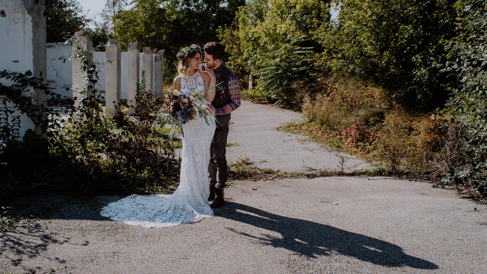 Braut im Rue de Seine Kleid küsst Bräutigam in einem alten Industrieviertel Hochzeit Kamerakinder Weddings