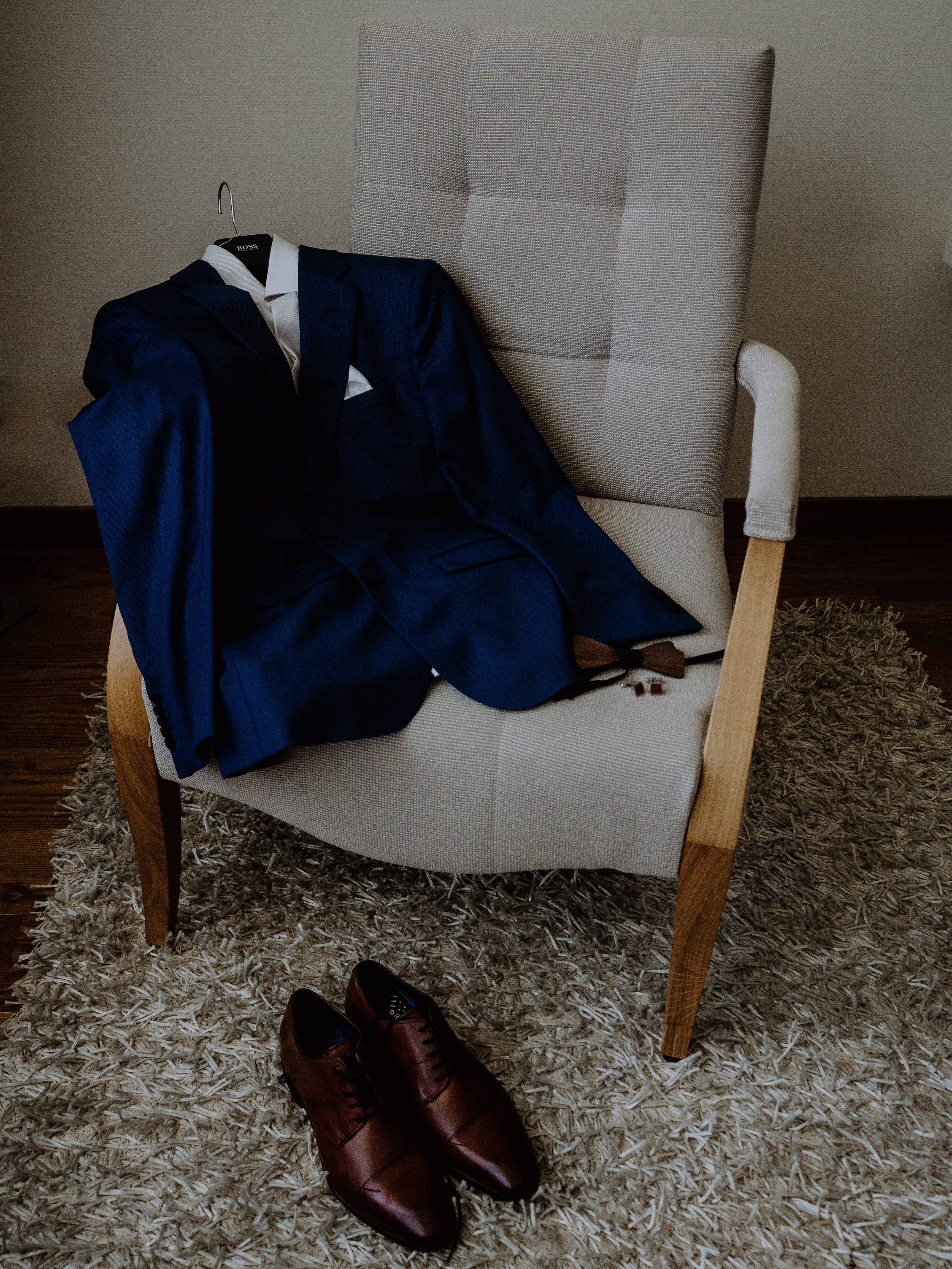 Bräutigam Anzug und Schuhe und Fliege auf Stuhl in einem Hotel Hochzeit Kamerakinder Weddings