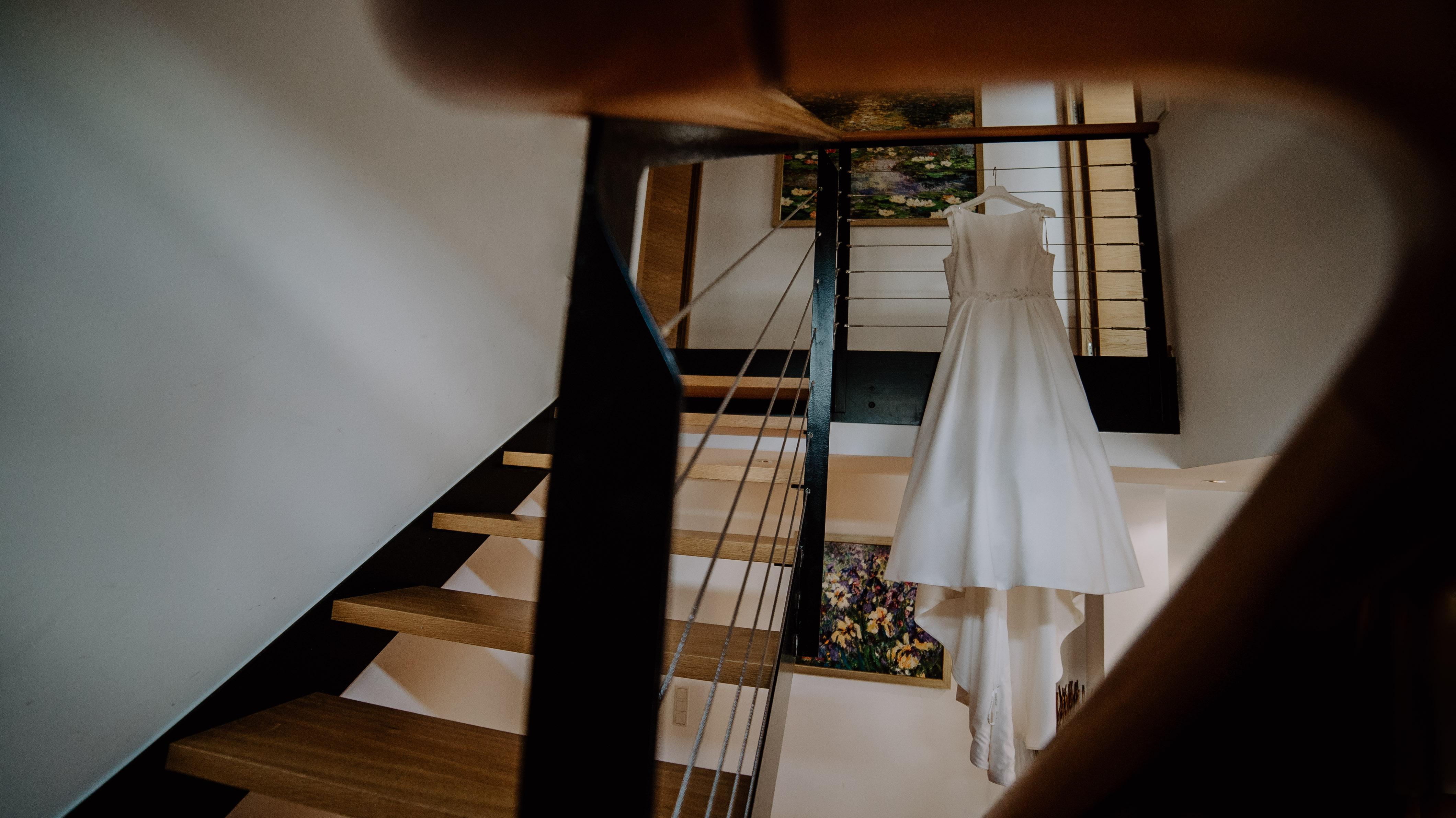 Brautkleid hängt aus in einem Hotel Hochzeit Kamerakinder Weddings