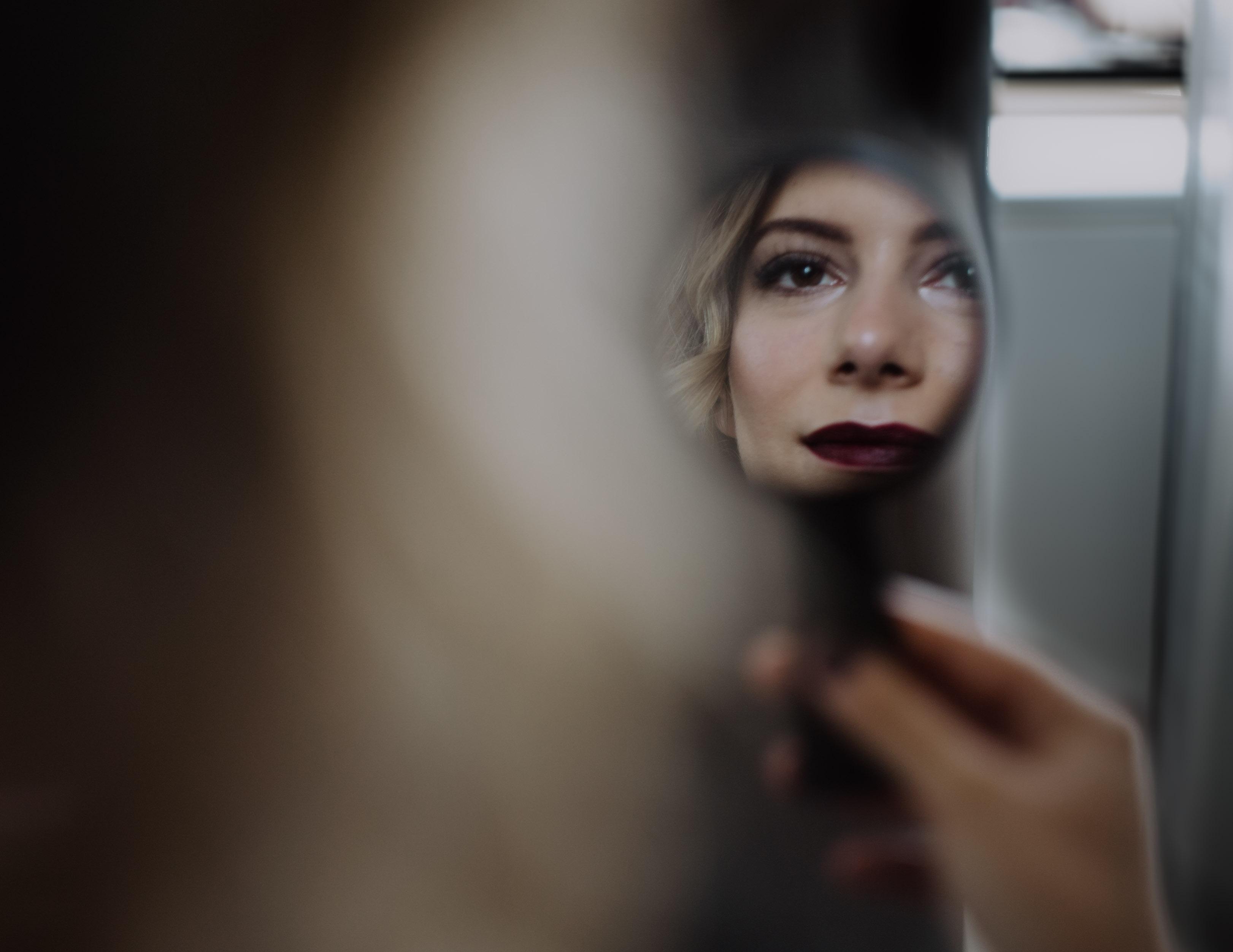 Braut betrachtet ihr Make Up in Spiegel Hochzeit Kamerakinder Weddings