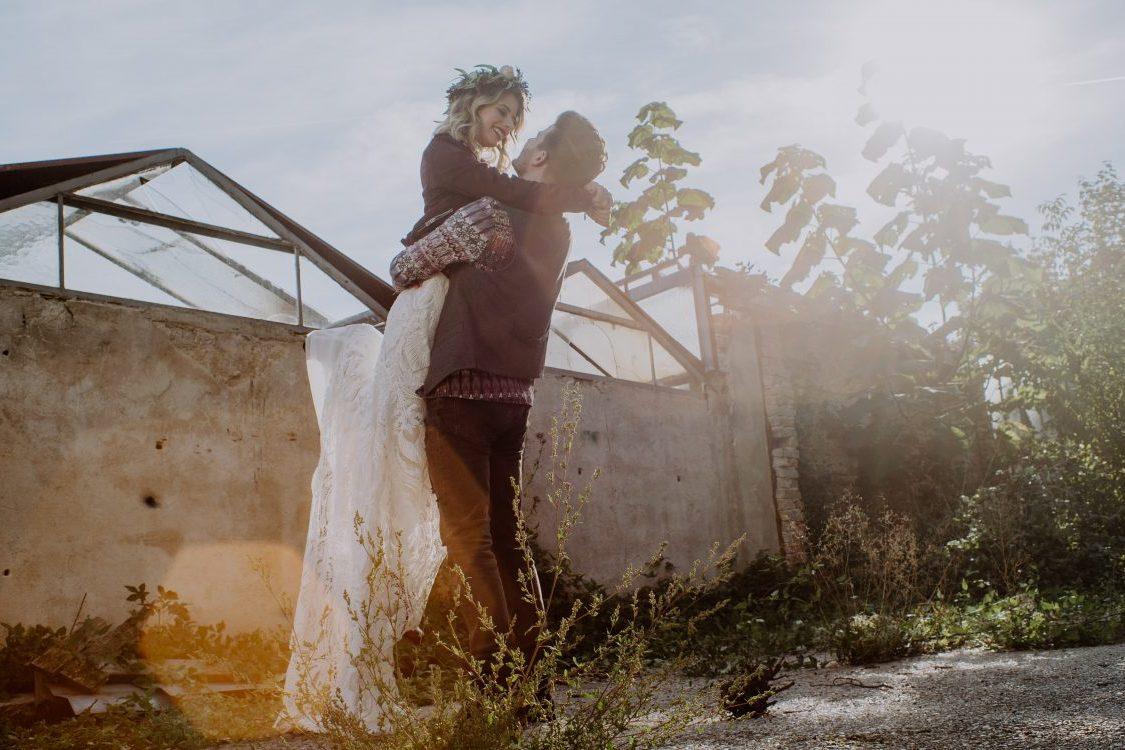 Bräutigam hebt Braut in die Luft fröhliche Hochzeit Liebe Kamerakinder Weddings