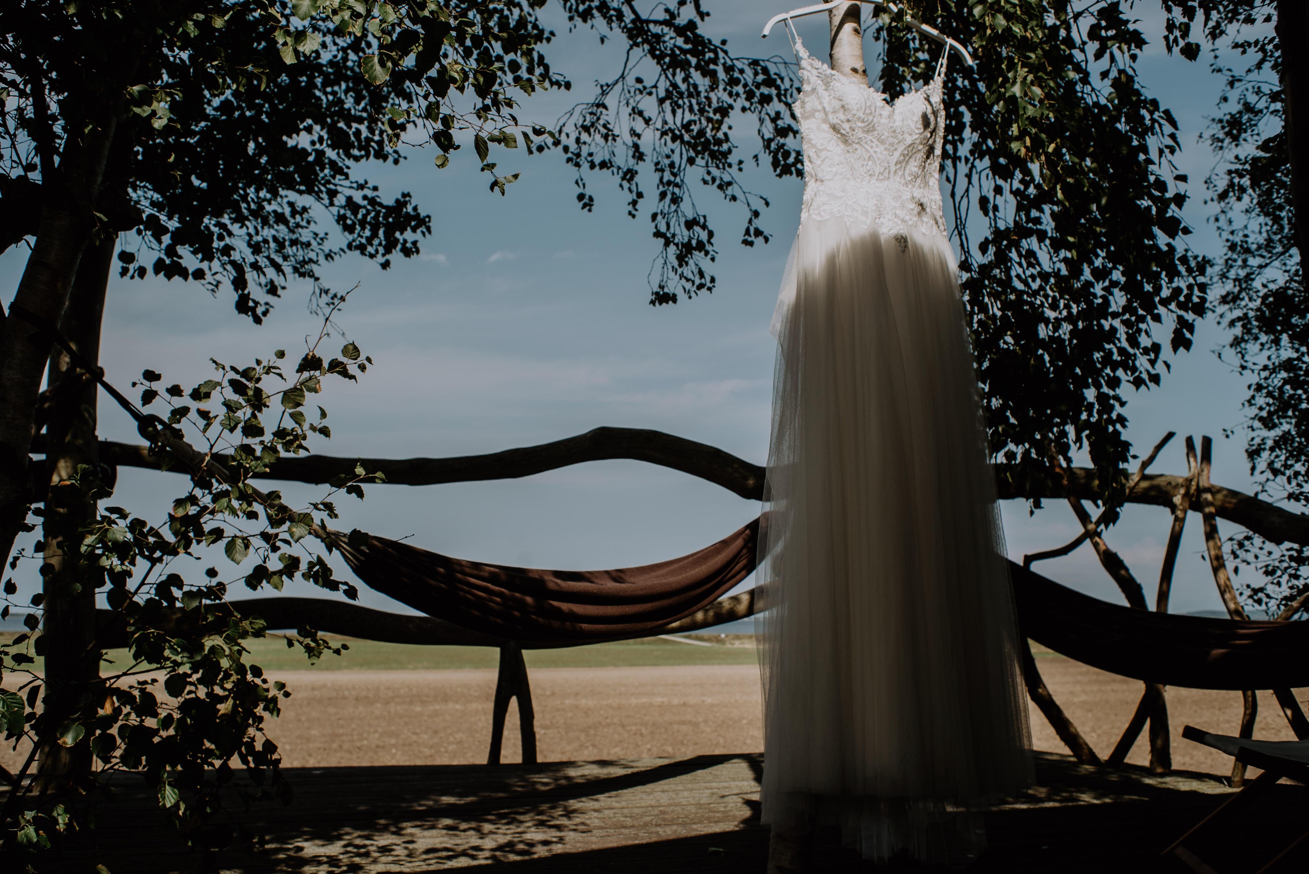 Hochzeit auf Rügen Hochzeitskleid Baumhaus Hängematte