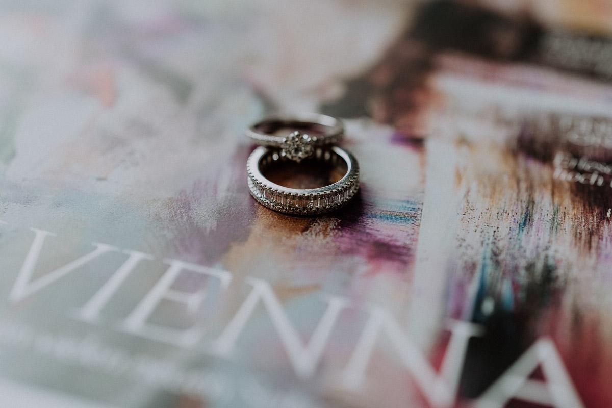 Eheringe arrangiert auf der Andaz Vienna Hotelzeitung by Kamerakinder Weddings