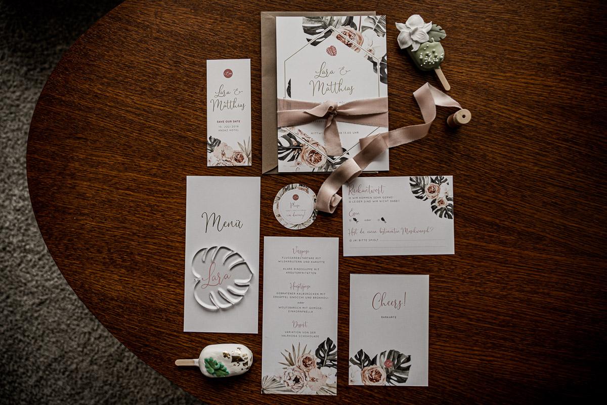 Hochzeitspapeterie im Hotelzimmer Hochzeitseinladung Menükarten Hochzeitsinspiration by Kamerakinder Weddings