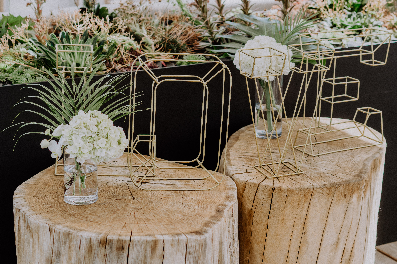 Dekoration und Blumen Ideen für Hochzeiten zarte Goldende Buchstaben stehen auf Holzstämmen Hochzeitsinspiration in Wien