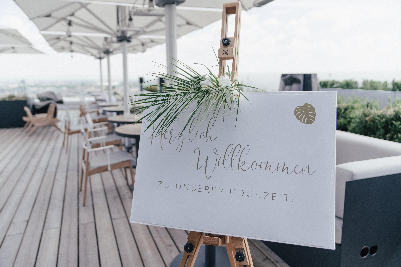 Willkommensschild bei Hochzeitsfeier