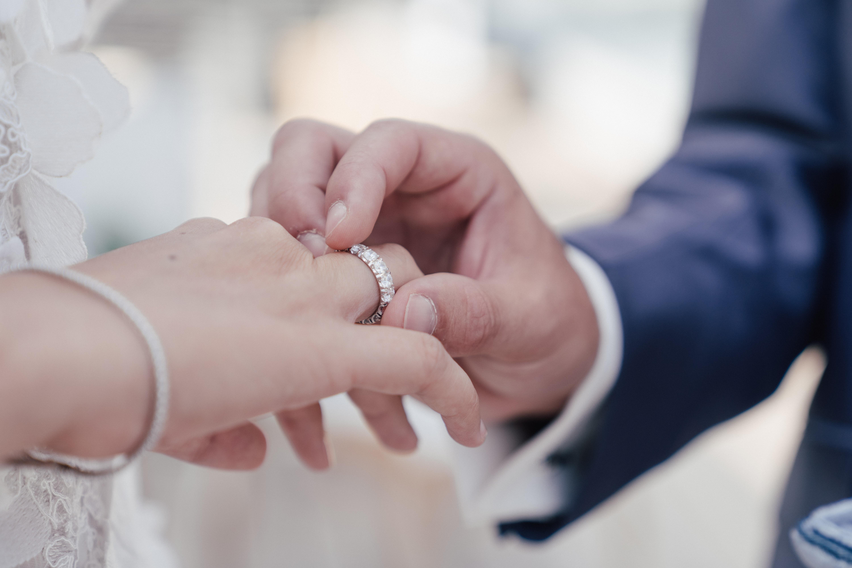 Detailaufnahme Ring anstecken bei der Hochzeit