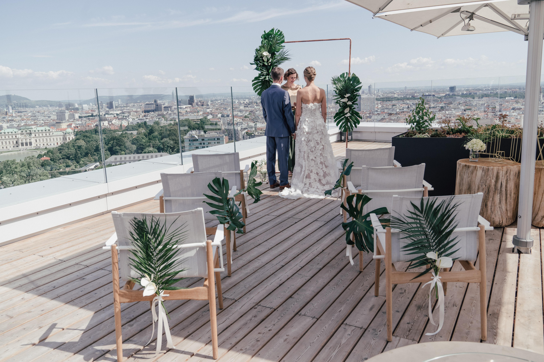 Trauungssetting mit viel Grün Monsterablätter Hochzeit Trauung
