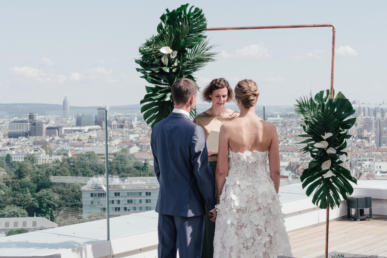 Brautpaar steht der Traurednerin gegenüber bei der Trauung im Hotel Andaz