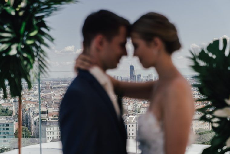 Brautpaar umarmt sich mit Blick auf Wien