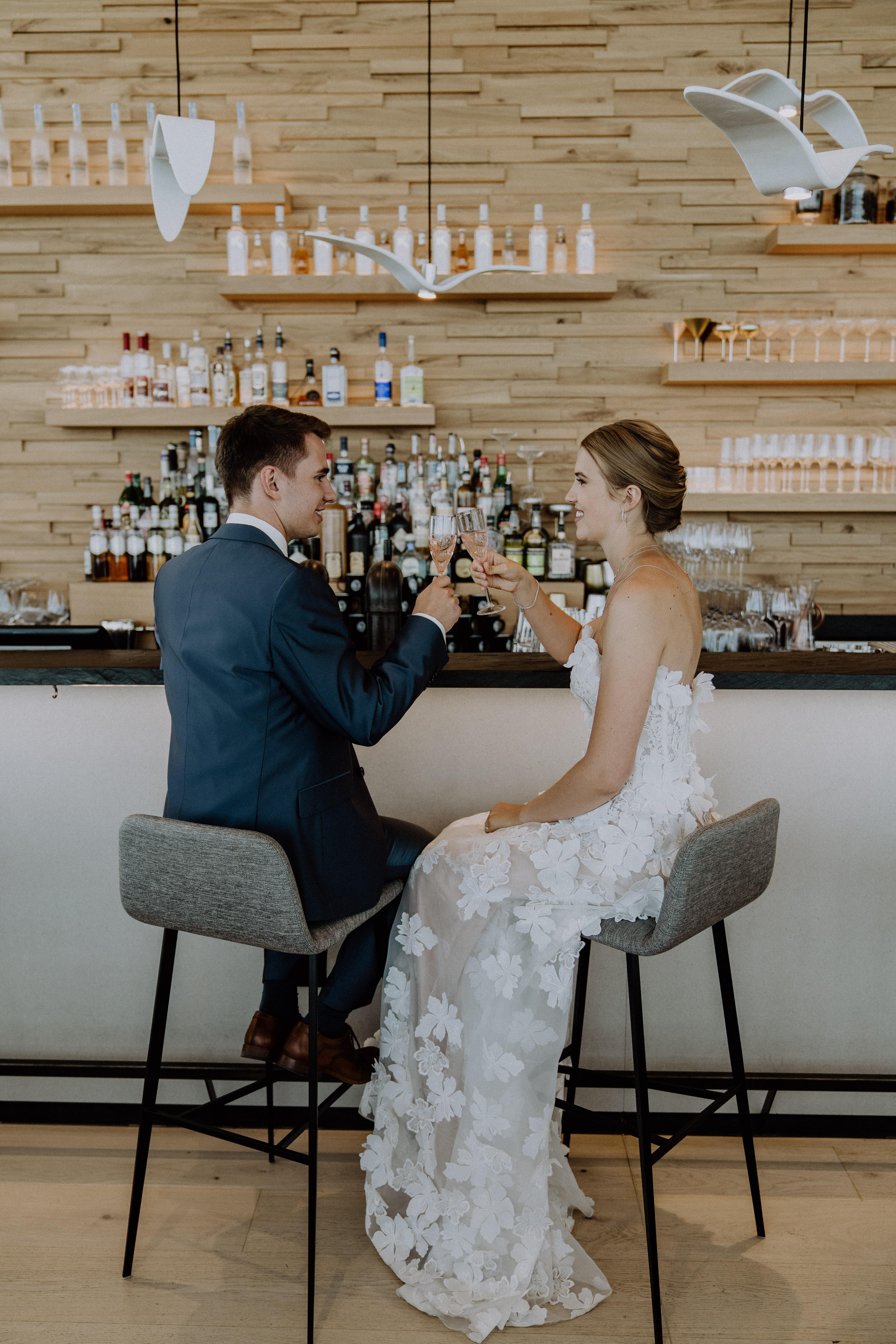 Brautpaar stoßt in Rooftopbar auf Hochzeit an