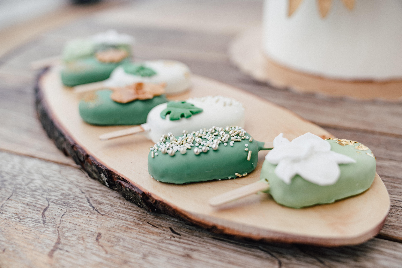 Cakepops bei Hochzeit in grün weiß tropischem Flair