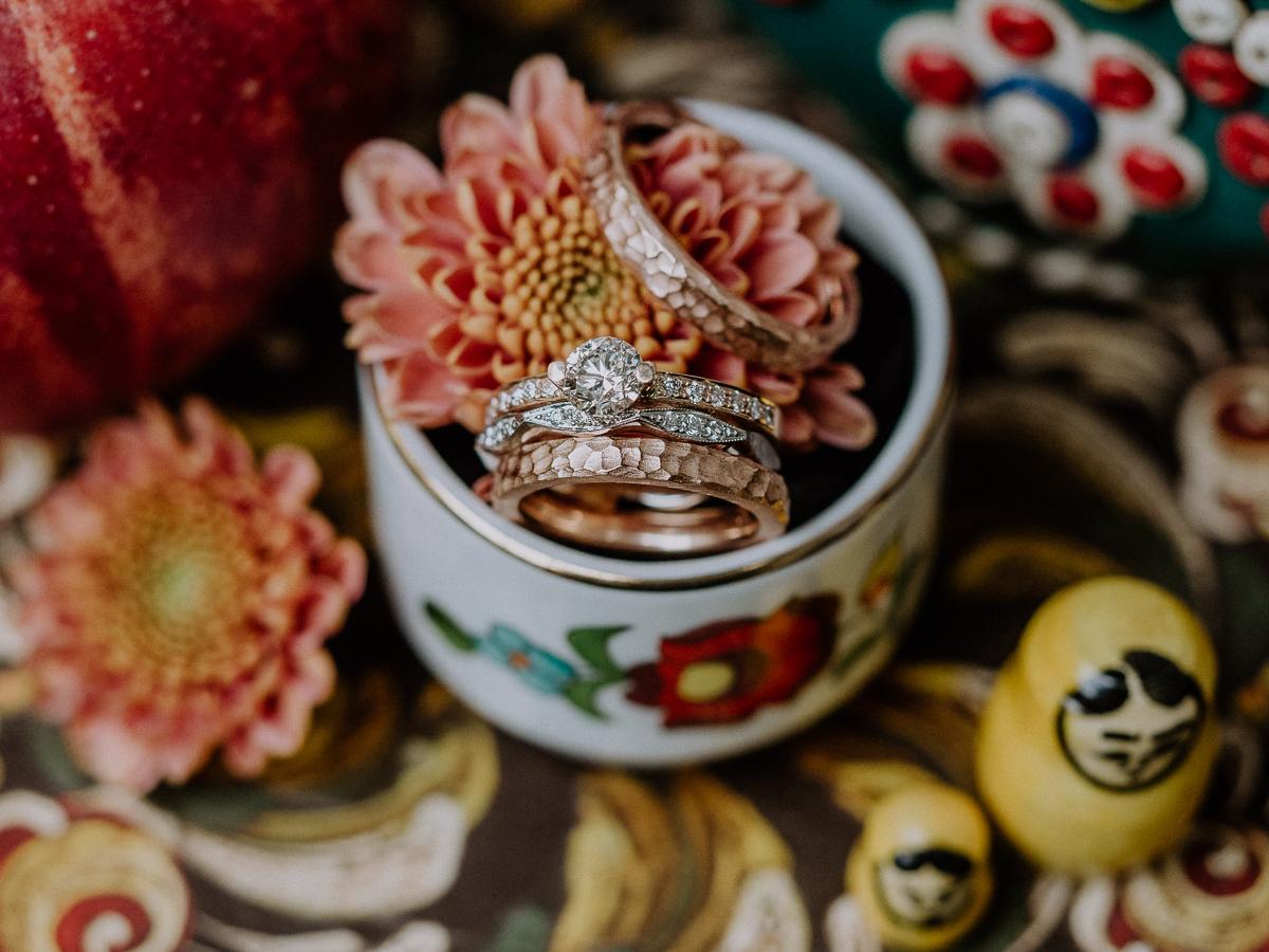 Detailfoto der Eheringe im bohemian Stil bunte Dekoration