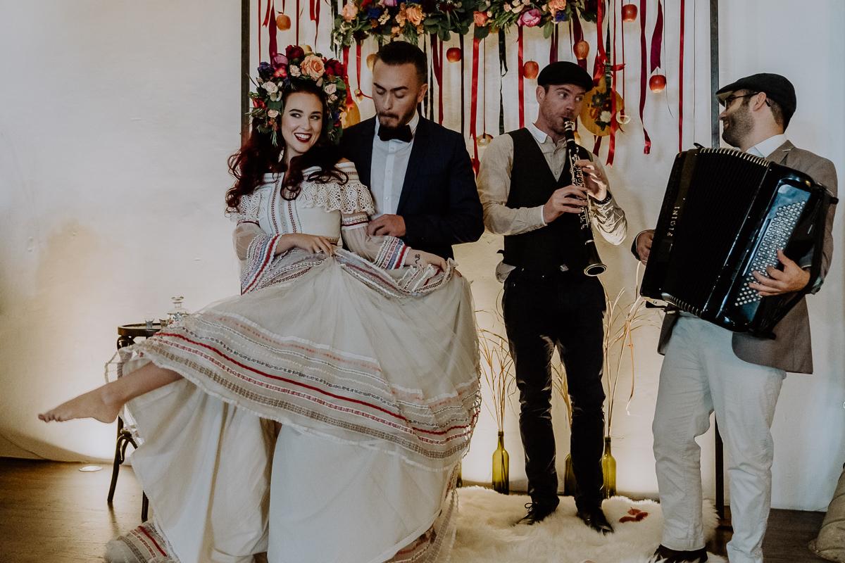 Hochzeitsinspiration Trauung im Lena Hoschek Brautkleid mit bohemian Trauungen und freie Traurednerin im Laufke in Graz