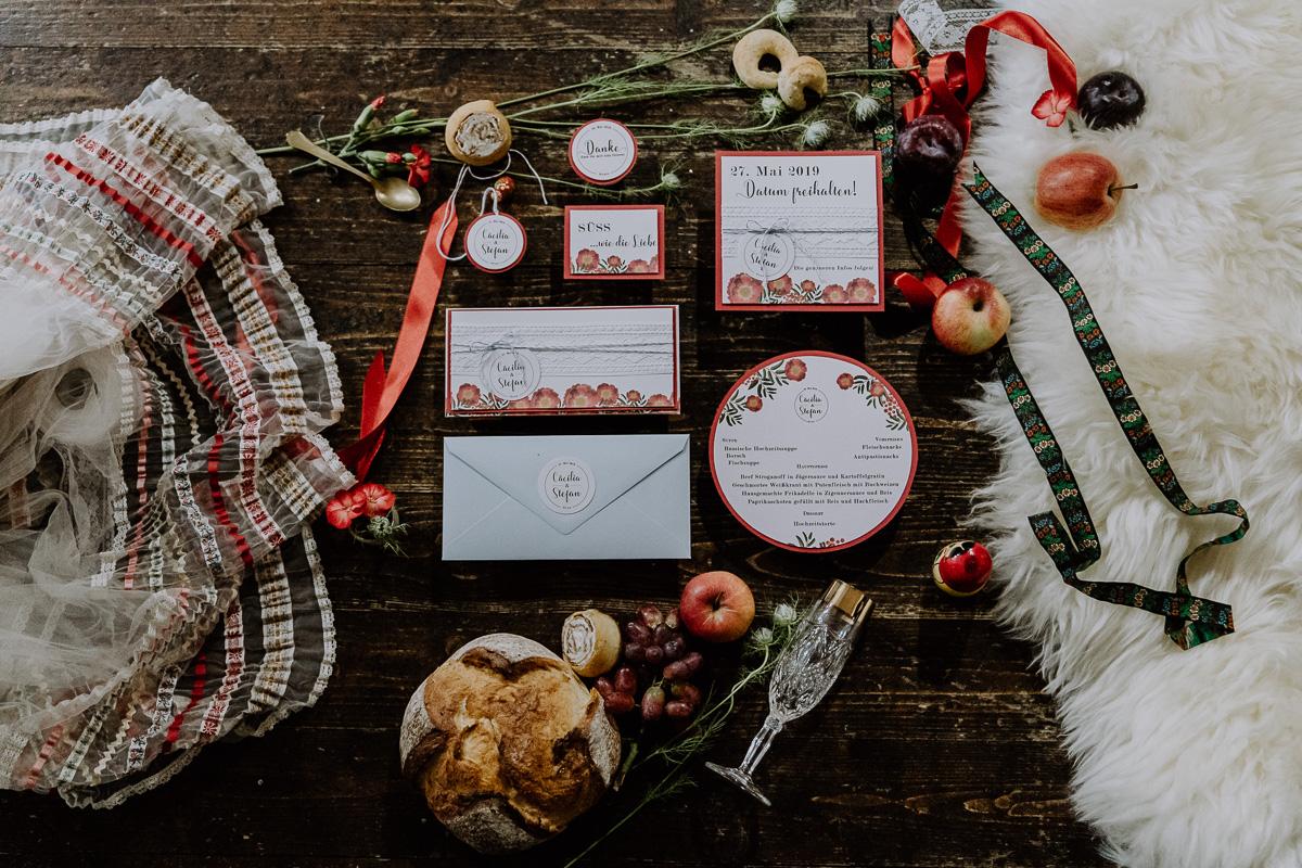 Hochzeitspapeterie im bohemian style mit vielen Details und dem Brautkleid von Lena Hoschek