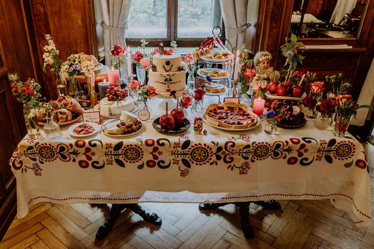 Hochzeitsinspiration Bohemian Wedding mit ganz vielen bunten Details und Hochzeitstorte