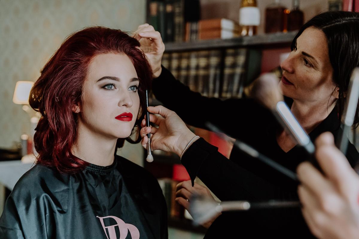 Braut beim Getting Ready mit Hair und Make Up Artist in Graz